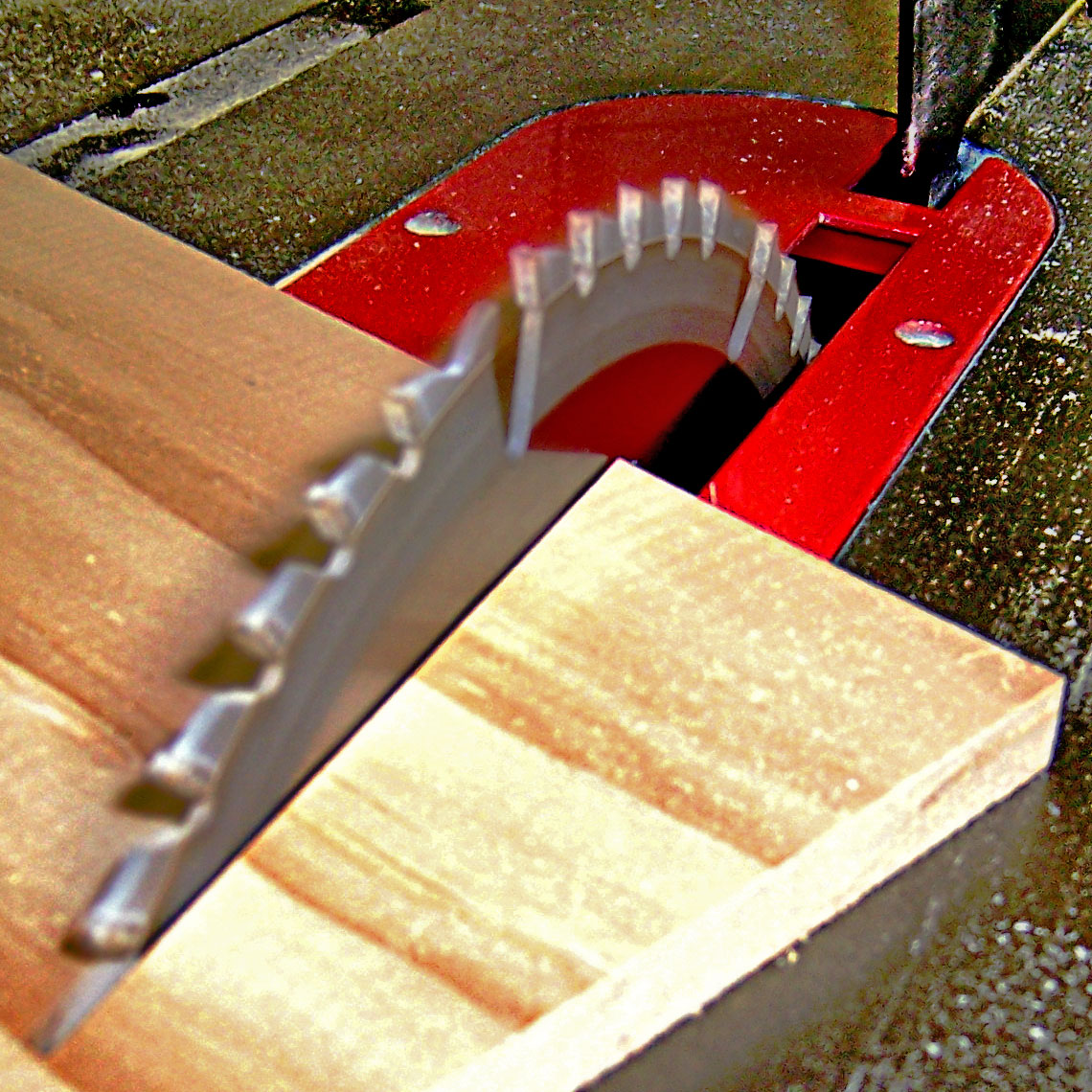 Table_saw_cutting_wood_at_an_angle,_by_BarelyFitz